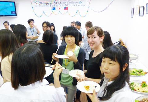 留学生と宇部高専生の交流の様子