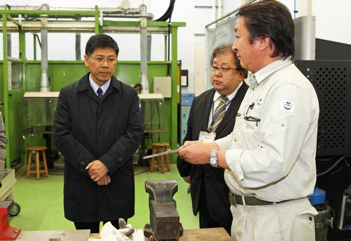 実習工場を見学する蔡学長