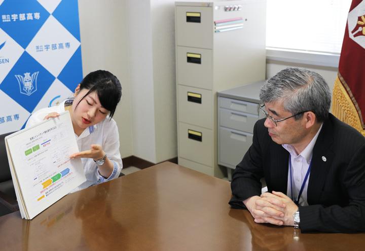 三谷校長に研究計画を説明する田中さん