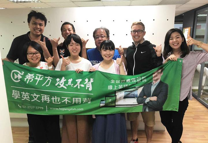 前列真ん中の2人のうち、左が杉村さん、右が百合野さん。後列一番左がホープイングリッシュ社長のチャーリーさん